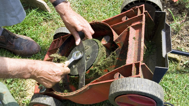 How To Fix A Noisy Lawnmower - Lawnmower reshaping blade