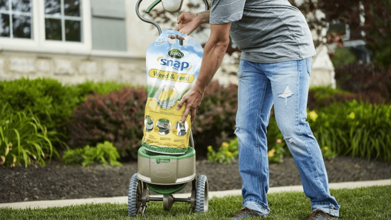 How to Spread Weed & Feed in Your Lawn?